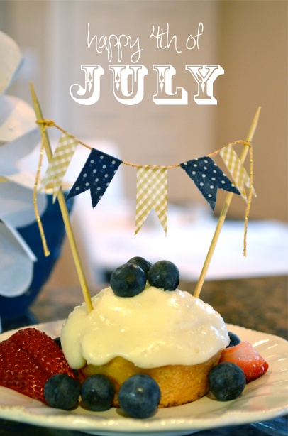 charming 4th of july cupcake ~ with washi tape flag banner